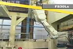 冲压自动化线上的川崎机器人